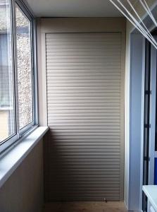 Использование роллет на шкафу на балконе